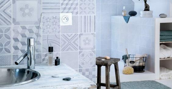 5 trucos para renovar cocinas y ba os sin obra atico for Revestimiento vinilico para paredes de banos